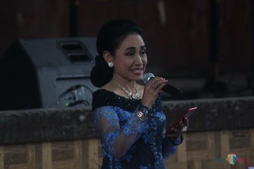 Sylvia Saartje Lady Rocker asal Malang saat mengenakan gaun tradisional (Luqmanul Hakim/Malang Times)