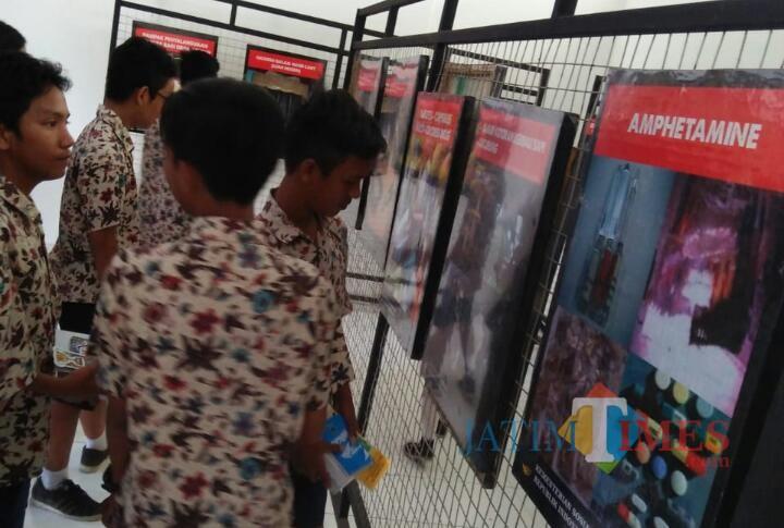 Para pelajar tengah melihat foto-foto tentang bahaya narkoba di PIE Kota Malang. (Foto: Dokumen Dinsos Kota Malang)