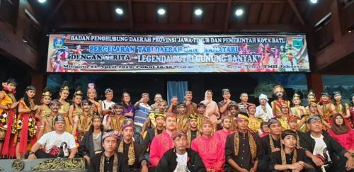 Para seniman Kota Batu bersama Wali Kota Batu Dewanti Rumpoko, Plt Kepala Dinas Pariwisata Kota Batu Imam Suryono berfoto bersama di TMII. (Foto: istimewa)