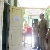 Pelaksana  Harian (Plh) Walikota Kediri Budwi Sunu saat meninjau pelaksanaan UNBK di SMP Negeri 2 Kota Kediri. (Foto: Istimewa)