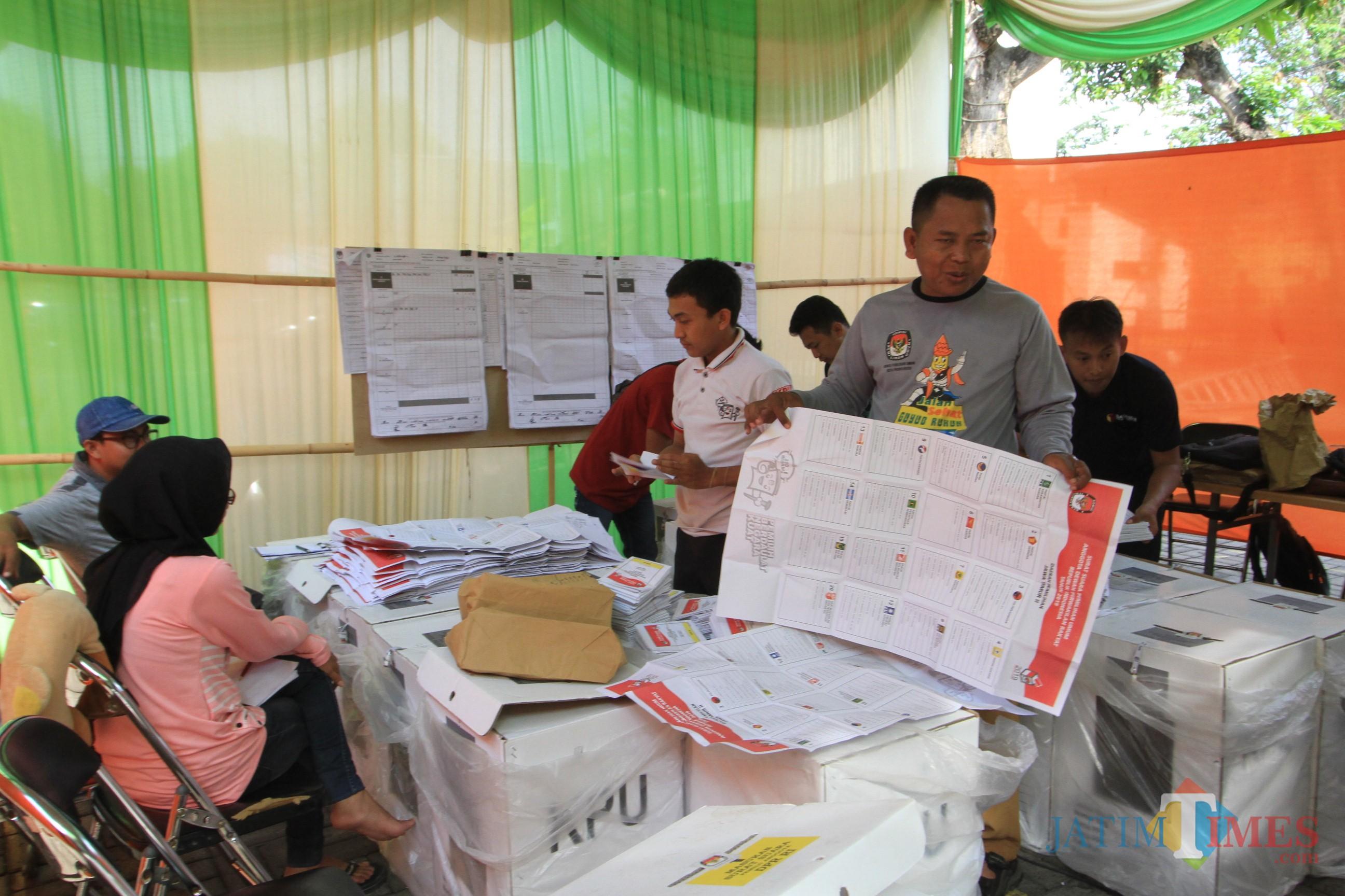Petugas PPK Kecamatan Kademangan, membuka surat suara untuk diperiksa karena terjadi kesalahan (Agus Salam/Jatim TIMES)