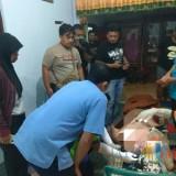Petugas melakukan identifikasi jenazah Iwan. / Foto : Dokpol / Tulungagung TIMES