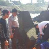 Polisi mengevakuasi mayat yang ditemukan di bendungan Serut