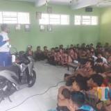 Puluhan Siswa SMK Kartanegara Dapat Edukasi Safety Riding dari MPM Motor. (Foto: B. Setioko/JatimTIMES)
