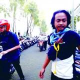 Salah satu mahasiswa pecinta alam UIN Maliki Malang saat menertibkan kendaraan roda dua di halaman parkir gedung B. (Foto: Humas)