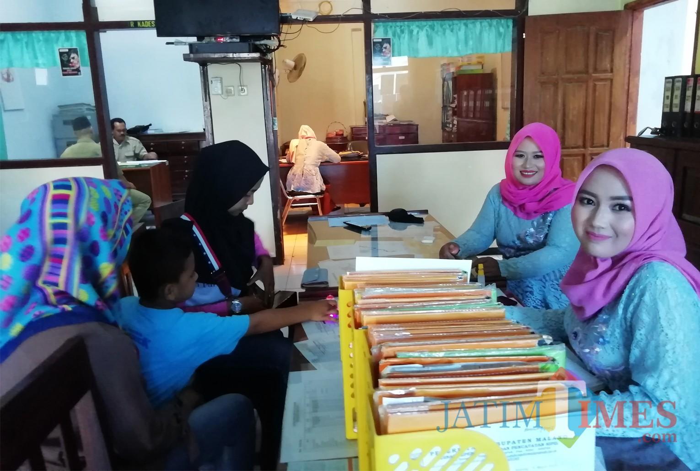 Perangkat desa Kromengan, Kecamatan Kromengan melayani warga dengan busana Kartinian (Nana)
