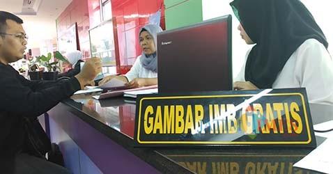 Warga yang tengah memanfaatkan layanan Gambar IMB Gratis Dinas Penanaman Modal Dan Pelayanan Terpadu Satu Pintu (DPM PTSP) Kota Malang (Pipit Anggraeni/MalangTIMES).
