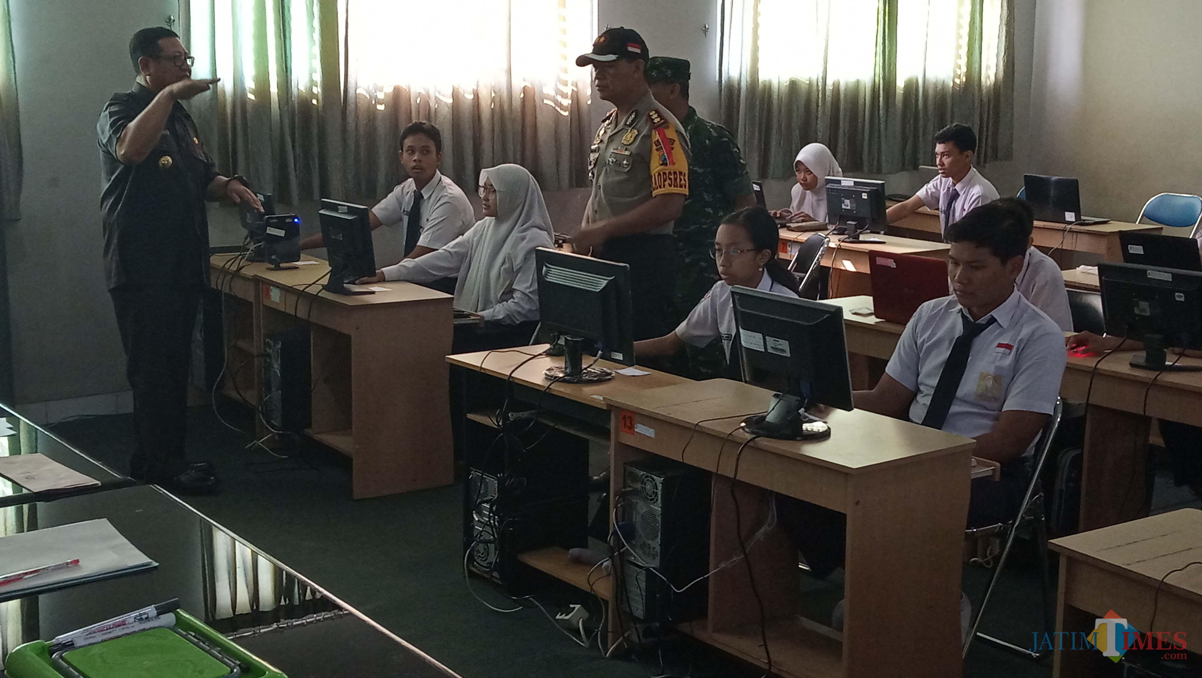 Plt Bupati Tulungagung, Maryoto Birowo (baju hitam) saat memantau pelaksanaan UNBK dengan didampingi Forkopimda (foto : Joko Pramono/Tulungagungtimes)