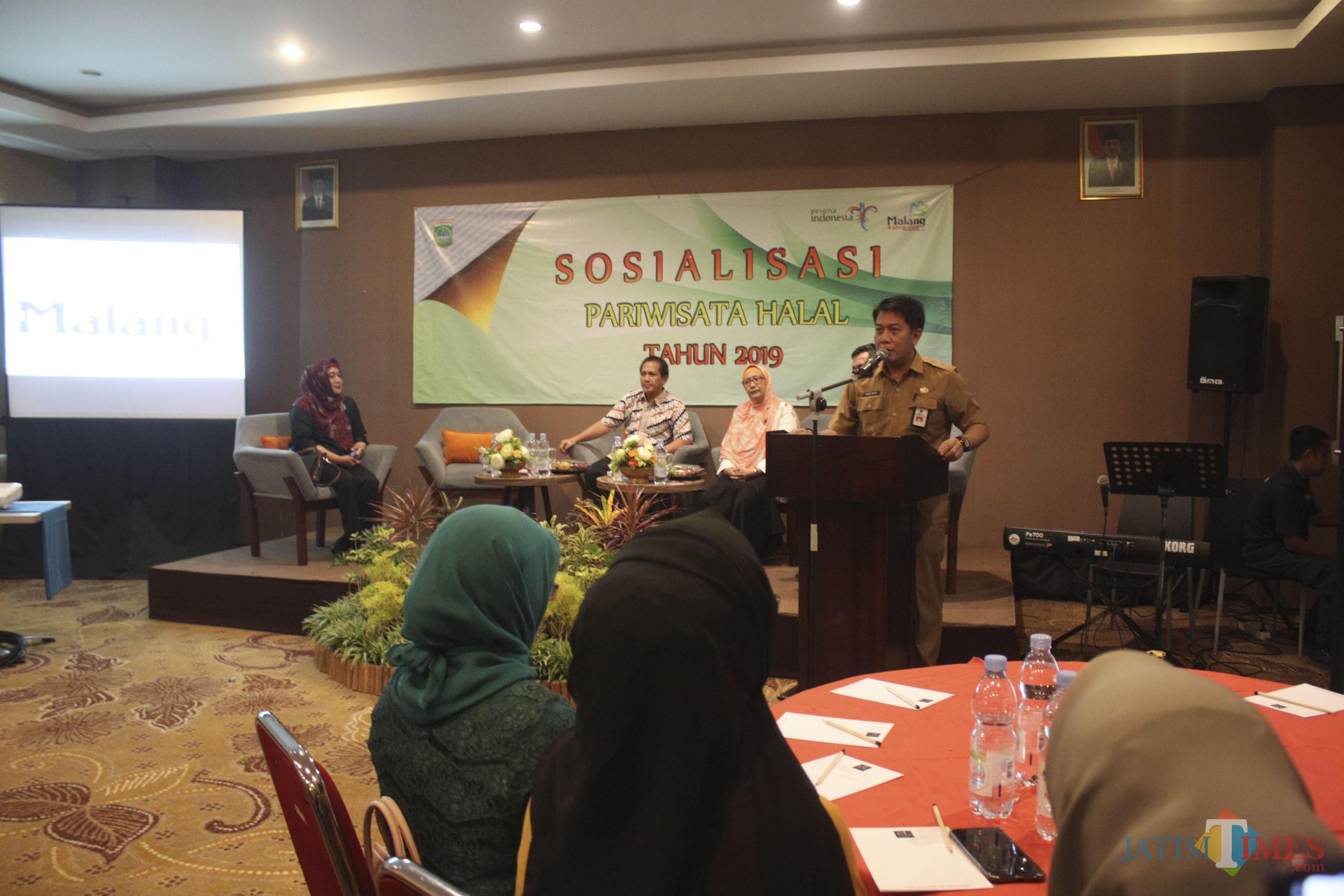 Kepala Disbudpar Kabupaten Malang Made Arya Wedhantara saat sambutan dalam Sosialisasi Pariwisata Halal Di El Hotel Grande (Luqmanul Hakim/Malang Times)