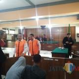 Dua terdakwa usai melakukan persidangan. (Anggara Sudiongko/MalangTIMES)