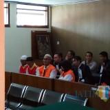 Kedua terdakwa berbaju oranye saat akan menjalani sidang. (Anggara Sudiongko/MalangTIMES)