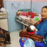 Korban cakar kera Aldi digendong ibunya usai dioperasi di RSUD dr Muhamad Saleh (Agus Salam/Jatim TIMES)