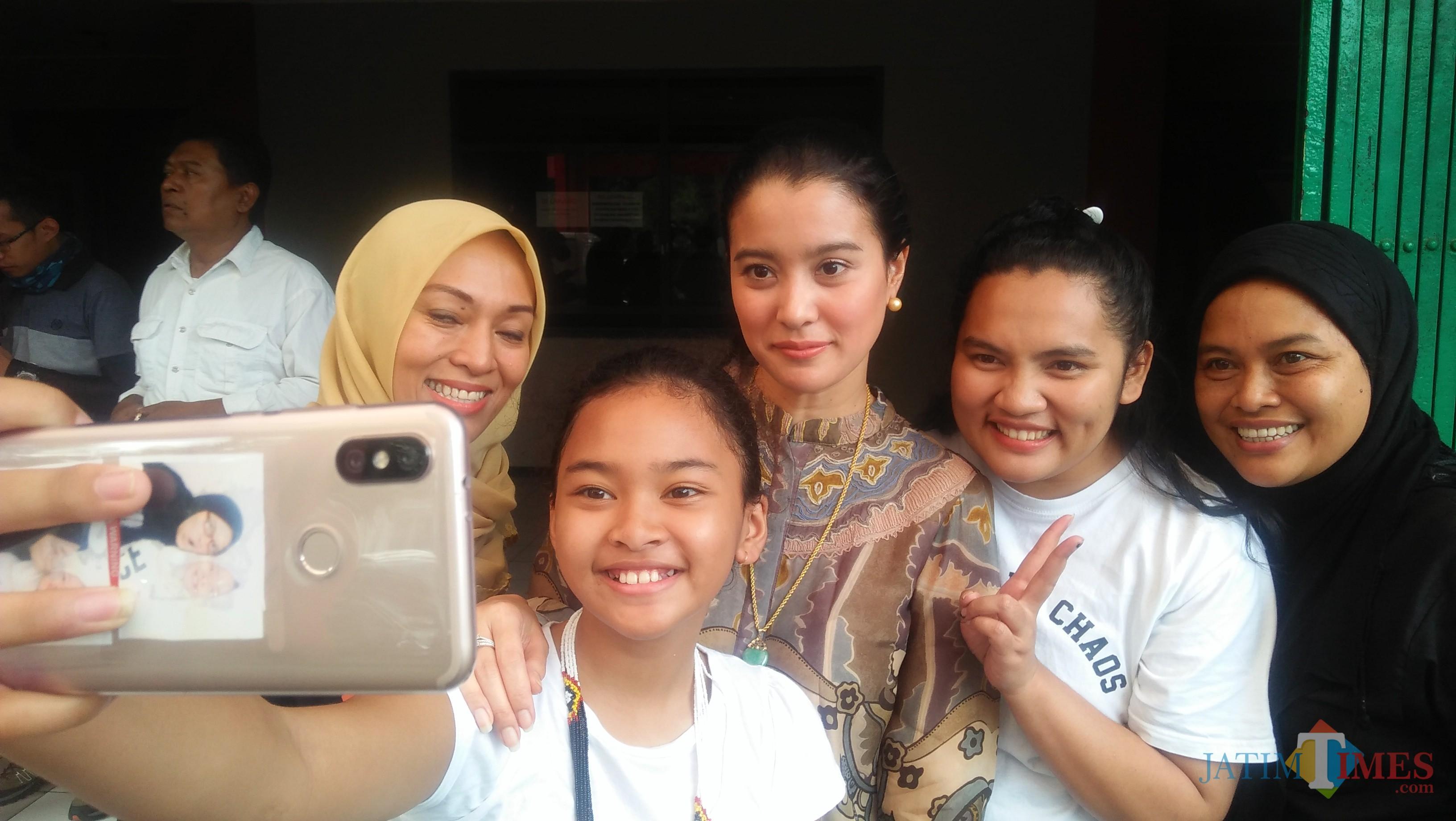 Marcella Zalianty berselfie dengan fans nya (Luqmanul Hakim/Malang Times)