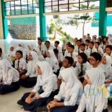 Para pelajar saat berkumpul di Aula SMPN 1 Kota Batu, Selasa (23/4/2019). (Foto: Irsya Richa/MalangTIMES)