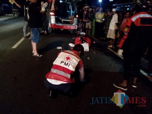 Petugas saat mengevakuasi jenazah Abd Wahab korban kecelakaan maut, Kecamatan Bululawang (Foto : PMI Kabupaten Malang for MalangTIMES)