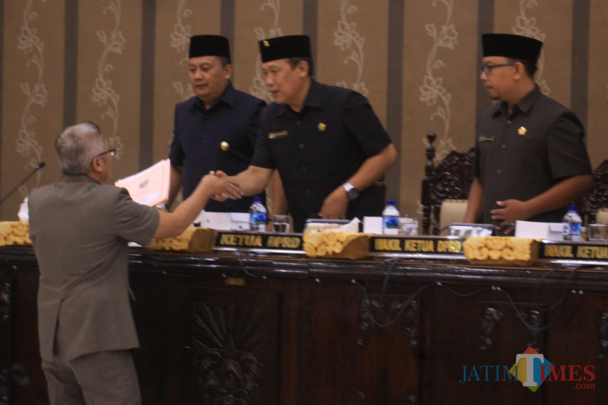 Pimpinan DPRD Kota Probolinggo menerima berkas laporan pansus, usai dibacakan  (Agus Salam/Jatim TIMES)
