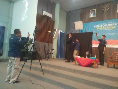 Suasana workshop fotografi dengan Doddy Bening di Home Theater Fakultas Humaniora UIN Malang. (Foto: Humas)