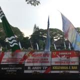 Karangan bunga #Save KPU bertebaran di bundaran Alun-alun Tugu Kota Malang (Pipit Anggraeni/MalangTIMES).