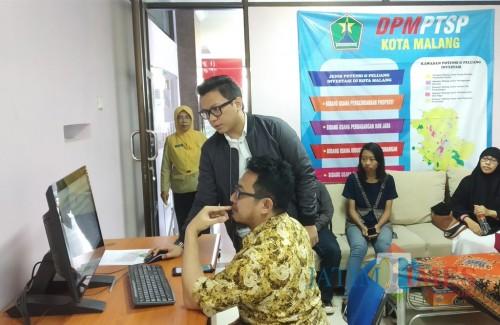 Petugas saat mendampingi pemohon dalam Layanan Bilik OSS DPM PTSP Kota Malang (Pipit Anggraeni/MalangTIMES).