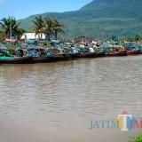 Beberapa perahu nelayan yang terparkir rapi di sepanjang Sungai Besini, Puger, Jember. (foto : Rokhul U / Jatim TIMES)