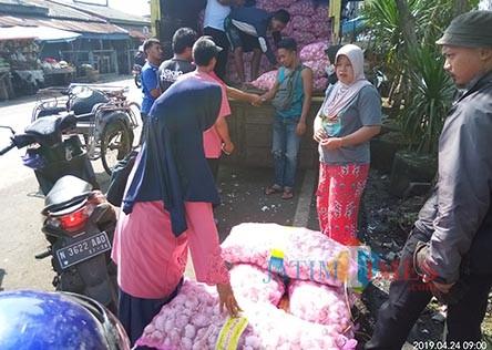 Para pedagang yang membeli bawang putih dalam operasi pasar (Anggara Sudiongko/MalangTIMES)