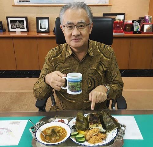 Dubes JepangMasafumi Ishii saat menyantap masakan Indonesia. (Foto: instagram@jpnambsindonesia)