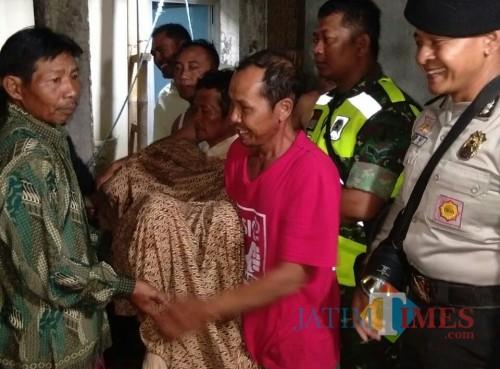 Korban Rina Yuliati sesaat setelah dilakukan evaluasi dari dalam sumur (Foto : Dokpol / TulungagungTIMES)