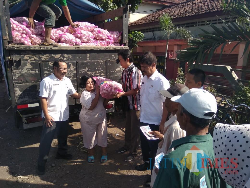 Pedagang bawang membeli bawang putih saat operasi pasar di Pasar Wonoasih Kota Probolinggo (Agus Salam/Jatim TIMES)