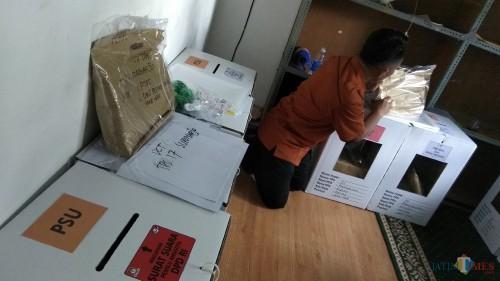 Petugas KPU Kota Malang tengah mempersiapkan logistik untuk kebutuhan pemungutan suara ulang. (Foto: Nurlayla Ratri/MalangTIMES)