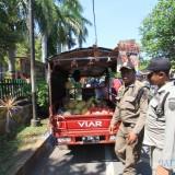 Petugas Satpol PP saat menertibkan pedagang buah di jalan Mastrib Kota Probolinggo (Agus Salam/Jatim TIMES)