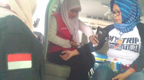 Petugas medis dari RSUD Kota Malang melakukan pemeriksaan kesehatan di PPK Kedungkandang. (Foto: Nurlayla Ratri/MalangTIMES)
