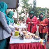 Ratna Subihandono (tiga dari kiri) saat meninjau produk UMKM yang diproduksi anggota Dharma Wanita Kabupaten Blitar.(Foto : Team  BlitarTIMES)