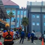 Tim BPBD dan Damkar lakukan simulasi penurunan korban dari atas gedung Balaikota Among Tani Kota Batu (Luqmanul Hakim/Malang Times)
