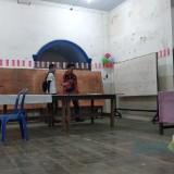Warga mempersiapkan aula untuk kegiatan pemungutan suara ulang di TPS 17 Kelurahan Sukoharjo, Kota Malang. (Foto: Nurlayla Ratri/MalangTIMES)