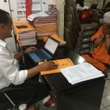 Ali Muchtar (baju oranye), tersangka kasus kekerasan dan persetubuhan terhadap anak tirinya, saat dimintai keterangan oleh penyidik UPPA Polres Malang.(Foto : Ashaq Lupito / MalangTIMES)