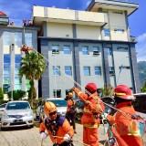 Petugas saat melakukan evakuasi korban bencana di Balai Kota Among Tani,�Kamis (25/4/2019). (Foto: Irsya Richa/MalangTIMES)