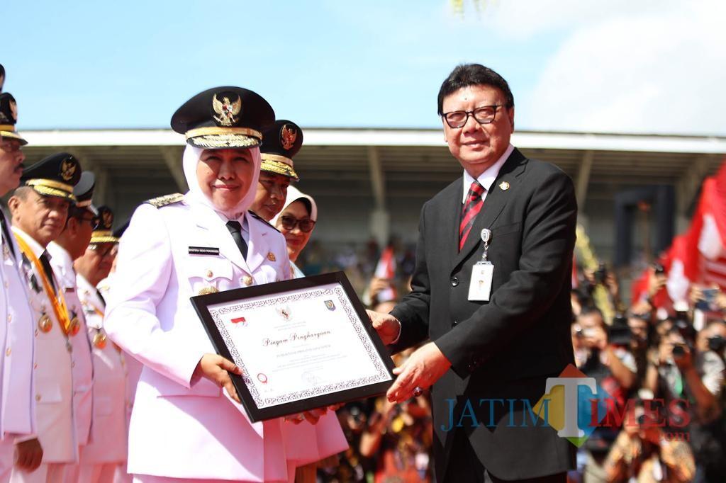Gubernur Jatim Khofifah ketika menerima penghargaan