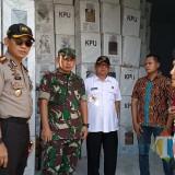 Komisioner KPU M. Ammarodin (batik coklat)  saat menemani tiga pilar memantau penempatan logistik pemilu (foto: Joko Pramono/JatimTimes)