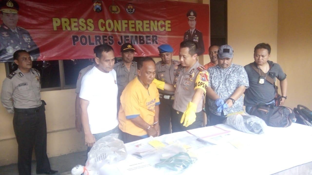 Kapolres Jember didampingi Kapolsek Patrang saat menunjukkan pelaku kepada media