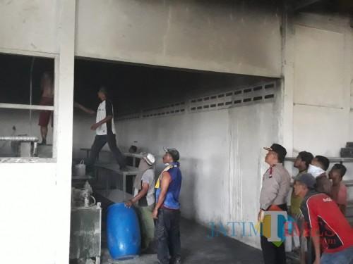 Kondisi gudang pabrik sol sepatu sesaat setelah kebakaran, Kecamatan Lawang (Foto : Humas Polres Malang for MalangTIMES)