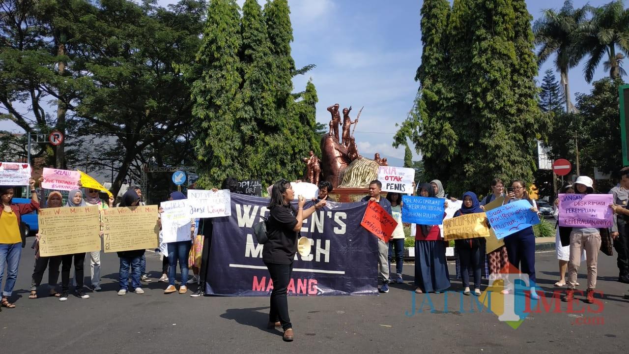 Orasi yang dilakukan peserta aksi damai Women