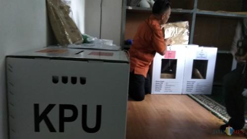 Persiapan logistik pemungutan suara ulang di kantor KPU Kota Malang. (Foto: Nurlayla Ratri/MalangTIMES)