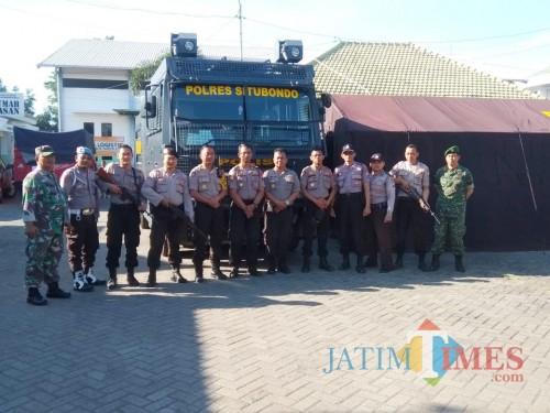 Personel gabungan saat menjaga gudang logistik KPU Situbondo (Foto: Heru Hartanto/ SitubondoTIMES)