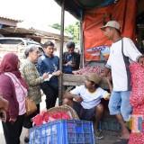 Tim TPID Kota Kediri saat gelar sidak di pasar grosir. (eko Arif s /JatimTimes)