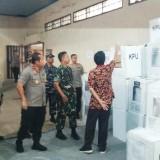 Ketua KPU Banyuwangi Syamsul Arifin menunjukkan kotak suara yang tersimpan di gudang KPU Banyuwangi
