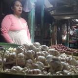 Salah satu pedagang bawang putih di Pasar Baru Kota Probolinggo (Agus Salam/Jatim TIMES)