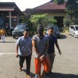 Muliyasin (tengah) tersangka peredaran narkoba saat digelandang ke ruang penyidikan Satreskoba Polres Malang, Kabupaten Malang (Foto : Ashaq Lupito / MalangTIMES)