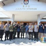 Wakapolda Jatim, Kasdam V/Brawijaya, Kapolres, Dandim, Ketua KPU dan Panwaskab Situbondo foto bersama seusai Tinjau Pengamanan di Kantor KPU Situbondo (Foto: Heru Hartanto/SitubondoTIMES)