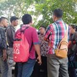 Aspri Supriyono,  Afandi (batik coklat)  saat dikonfirmasi tentang keberadaan Supriyono (Istimewa)