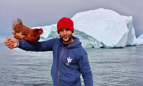 Guirec Soudee bersama ayamMonique saat keliling lautan. (Foto: istimewa)